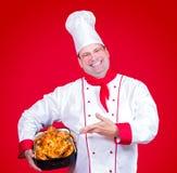 Ο κύριος αρχιμάγειρας παρουσιάζει πουλερικά ψητού Στοκ φωτογραφία με δικαίωμα ελεύθερης χρήσης