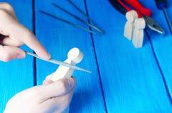 Ο κύριος επεξεργάζεται το ξύλο με τα χέρια του Λειτουργώντας χέρια στο α Στοκ φωτογραφία με δικαίωμα ελεύθερης χρήσης