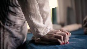 Ο κύριος ζυμώνει το κομμάτι του αργίλου στο μπλε ύφασμα καμβά, ρίχνει Άργιλος διαμόρφωσης, χειροποίητος φιλμ μικρού μήκους