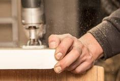 Ο κύριος κόβει το ξύλο με ένα jig πριόνι στοκ εικόνες με δικαίωμα ελεύθερης χρήσης