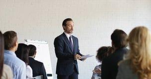 Ο κύριος κύκλος μαθημάτων κατάρτισης επιχειρησιακών ατόμων δίνει την ομάδα δοκιμών Businesspeople κατά τη διάρκεια της έννοιας εκ απόθεμα βίντεο