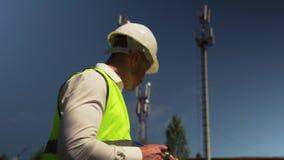 Ο κύριος μηχανικός επιθεωρεί νέες εγκαταστάσεις παραγωγής ενέργειας απόθεμα βίντεο