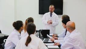 Ο κύριος παθολόγος διευθύνει ένα συνέδριο στην κλινική απόθεμα βίντεο