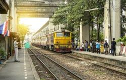 Ο κύριος σταθμός κυματίζει την πράσινη σημαία για να κάνει τη σηματοδότηση για να κάνει το τραίνο να αναχωρήσει άδεια στοκ φωτογραφίες