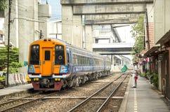 Ο κύριος σταθμός κυματίζει την πράσινη σημαία για να κάνει τη σηματοδότηση για να κάνει το τραίνο να αναχωρήσει άδεια στοκ εικόνα με δικαίωμα ελεύθερης χρήσης