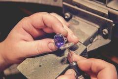 Ο κύριος jeweler παράγει ένα χρυσό δαχτυλίδι Στοκ εικόνες με δικαίωμα ελεύθερης χρήσης