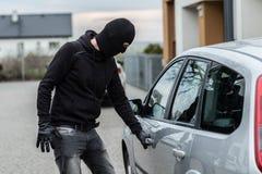 Ο κλέφτης αυτοκινήτων τραβά τη λαβή ενός αυτοκινήτου Στοκ φωτογραφίες με δικαίωμα ελεύθερης χρήσης