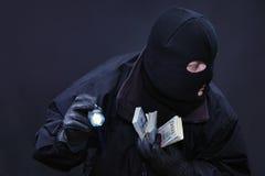 Ο κλέφτης διαπράττει ένα έγκλημα Στοκ Εικόνες