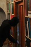 Ο κλέφτης στη μάσκα θέλει να ληστεψει τη Βουλή Είναι αποφασιστικός Πορτρέτο του γκάγκστερ στοκ εικόνες