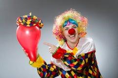 Ο κλόουν με τα μπαλόνια στην αστεία έννοια Στοκ εικόνα με δικαίωμα ελεύθερης χρήσης
