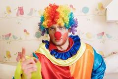 Ο κλόουν στο αστείο κοστούμι παρουσιάζει δάχτυλο Στοκ Φωτογραφία