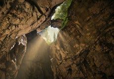 Ο λίθος συνδέει δύο τοίχους βράχου στο φαράγγι στοκ φωτογραφία με δικαίωμα ελεύθερης χρήσης