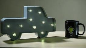 Ο λαμπτήρας αυτοκινήτων οδήγησε το ελαφρύ σύμβολο βολβών κουπών τσαγιού κανένα ξύλινο επιτραπέζιο hd μήκος σε πόδηα απόθεμα βίντεο