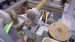 Ο λειτουργών μηχανισμός με τις ρόδες εργαλείων απόθεμα βίντεο