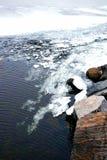Ο λειώνοντας πάγος κοντά στην ακτή, που πηγαίνει κάτω από το νερό Στοκ φωτογραφίες με δικαίωμα ελεύθερης χρήσης