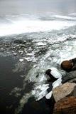 Ο λειώνοντας πάγος κοντά στην ακτή, που πηγαίνει κάτω από το νερό Στοκ Εικόνα