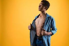 Ο λεπτός έφηβος αφροαμερικάνων παρουσιάζει γυμνό κορμό στοκ εικόνες