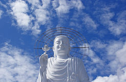 Ο λευκός Βούδας στην ανασκόπηση του ουρανού. στοκ εικόνα με δικαίωμα ελεύθερης χρήσης