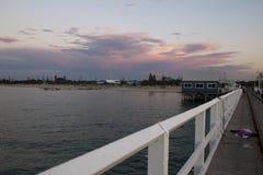 Ο λιμενοβραχίονας είναι ένα σημείο συνεδρίασης για τους ντόπιους που αλιεύουν και κολυμπούν το βράδυ στοκ εικόνα