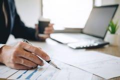 Ο λογιστής επιχειρηματιών που απασχολείται στο νέο πρόγραμμα για το φορητό προσωπικό υπολογιστή με το έγγραφο εκθέσεων και αναλύε στοκ εικόνες