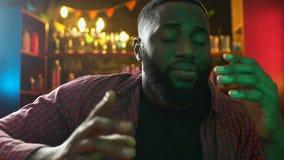 Ο λυπημένος αφροαμερικανός αθλητισμός προσοχής ανεμιστήρων ταιριάζει με στο φραγμό, που ανατρέπεται για την ήττα ομάδων απόθεμα βίντεο
