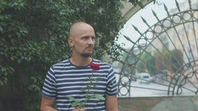 Ο λυπημένος νεαρός άνδρας με αυξήθηκε περιμένοντας μια πρώην γυναίκα φιλμ μικρού μήκους