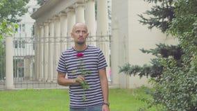 Ο λυπημένος νεαρός άνδρας με αυξήθηκε περιμένοντας μια πρώην γυναίκα απόθεμα βίντεο