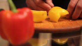 Ο μάγειρας έκοψε το κίτρινο πιπέρι απόθεμα βίντεο