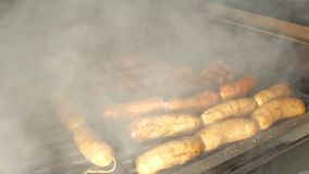 Ο μάγειρας ανοίγει μια μεγάλη σχάρα από το χέρι του, μέσα σε ποιο ψέμα μερικά τηγανισμένα πλευρά χοιρινού κρέατος και ένας μεγάλο απόθεμα βίντεο