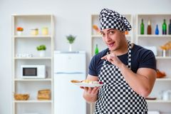 Ο μάγειρας αρχιμαγείρων που μαγειρεύει ένα γεύμα προγευμάτων γεύματος στην κουζίνα Στοκ φωτογραφίες με δικαίωμα ελεύθερης χρήσης