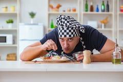 Ο μάγειρας αρχιμαγείρων που μαγειρεύει ένα γεύμα προγευμάτων γεύματος στην κουζίνα Στοκ φωτογραφία με δικαίωμα ελεύθερης χρήσης