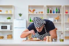Ο μάγειρας αρχιμαγείρων που μαγειρεύει ένα γεύμα προγευμάτων γεύματος στην κουζίνα Στοκ Εικόνα