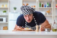 Ο μάγειρας αρχιμαγείρων που μαγειρεύει ένα γεύμα προγευμάτων γεύματος στην κουζίνα Στοκ Εικόνες