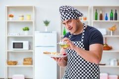 Ο μάγειρας αρχιμαγείρων που μαγειρεύει ένα γεύμα προγευμάτων γεύματος στην κουζίνα Στοκ Φωτογραφία