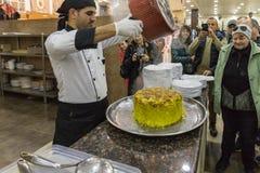 Ο μάγειρας αφαίρεσε το τηγάνι και άφησε το πιάτο - Maqluba - σε έναν δίσκο σε ένα κατάστημα ακρών του δρόμου - εστιατόριο στη int στοκ φωτογραφίες