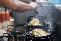 Ο μάγειρας είναι τηγανισμένη ομελέτα Στοκ Εικόνα