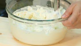 Ο μάγειρας κτυπά το γάλα με ένα μπλέντερ απόθεμα βίντεο
