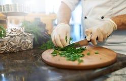 Ο μάγειρας κόβει τα πράσινα Στοκ Φωτογραφίες