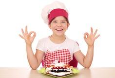 Ο μάγειρας μικρών κοριτσιών με crepes και εντάξει σημάδια χεριών Στοκ φωτογραφία με δικαίωμα ελεύθερης χρήσης