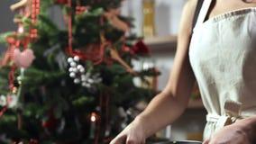 Ο μάγειρας πετά Olivie σε ένα κύπελλο έξοχο σε αργή κίνηση σε κοντινό το χριστουγεννιάτικο δέντρο, που μαγειρεύει για τις διακοπέ απόθεμα βίντεο
