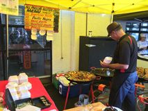 Ο μάγειρας προετοιμάζει Paella στη γαλλική αγορά Λα Cigala Στοκ εικόνα με δικαίωμα ελεύθερης χρήσης
