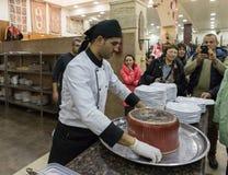 Ο μάγειρας προετοιμάζεται να αφαιρέσει το τηγάνι και να αφήσει το πιάτο - Maqluba - σε έναν δίσκο σε ένα κατάστημα ακρών του δρόμ στοκ φωτογραφίες με δικαίωμα ελεύθερης χρήσης