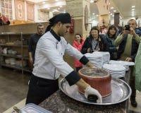 Ο μάγειρας προετοιμάζεται να αφαιρέσει το τηγάνι και να αφήσει το πιάτο - Maqluba - σε έναν δίσκο σε ένα κατάστημα ακρών του δρόμ στοκ εικόνες με δικαίωμα ελεύθερης χρήσης