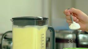 Ο μάγειρας προσθέτει το αλεύρι στον αναμίκτη, όπου τα αυγά κτυπιούνται φιλμ μικρού μήκους