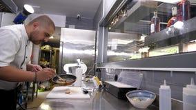 Ο μάγειρας τοποθετεί τα μαγειρευμένα foie gras φιλμ μικρού μήκους