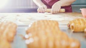 Ο μάγειρας ψήνει στο αρτοποιείο απόθεμα βίντεο