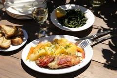 Ο μαγειρευμένος φρέσκος κόκκινος σκορπιός με τις βρασμένες πατάτες στην ελληνική ταβέρνα στοκ φωτογραφία με δικαίωμα ελεύθερης χρήσης