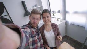 Ο μαγειρικός οικογενειακός χρόνος, ευτυχές ζεύγος παίρνει selfie τη φωτογραφία στο τηλέφωνο κυττάρων μαγειρεύοντας τη φυτική σαλά φιλμ μικρού μήκους