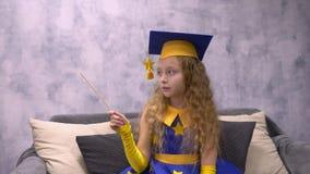 Ο μαγικός αστρονόμος στην ακαδημαϊκή ΚΑΠ με τη μαγική ράβδο παρουσιάζει σε κάτι στο copyspace απόθεμα βίντεο