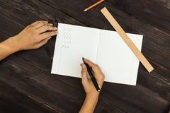 Ο μαθητής αποδίδει τις επιστολές στις λέξεις Στοκ Φωτογραφία